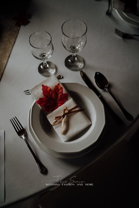 Esküvői dekorációk, asztali díszek, tányér, és szalvéta.